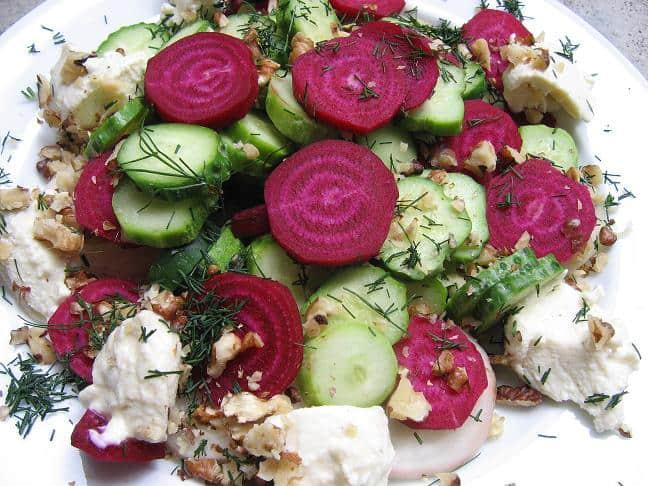 Jaunų burokėlių salotos su kastiniu - bulviukose.lt