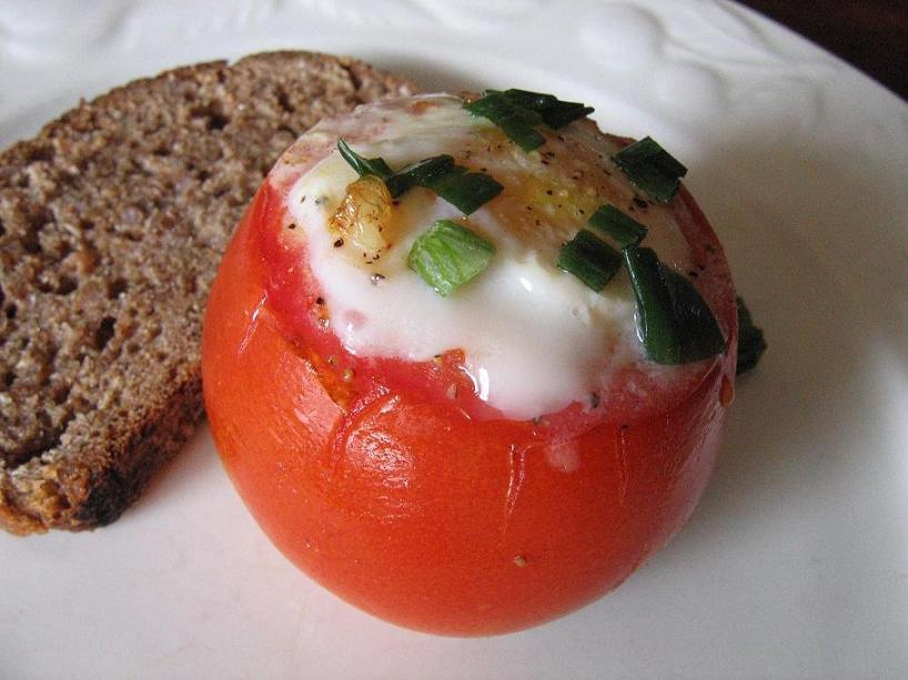 Pomidore keptas kiaušinis - bulviukose.lt