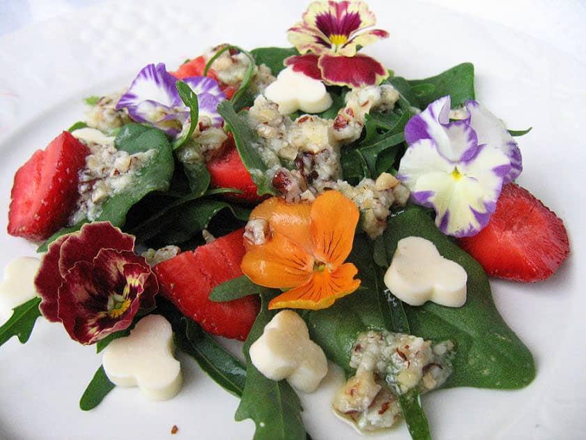 Vasaros salotos su gėlėmis - bulviukose.lt