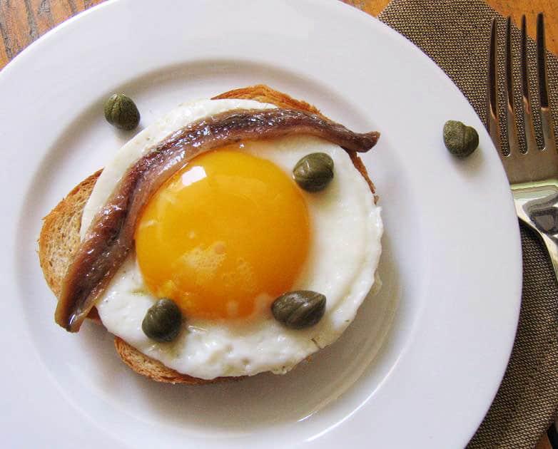 Kepti kiaušiniai gardinti ančiuviais ir kaparėliais - bulviukose.lt
