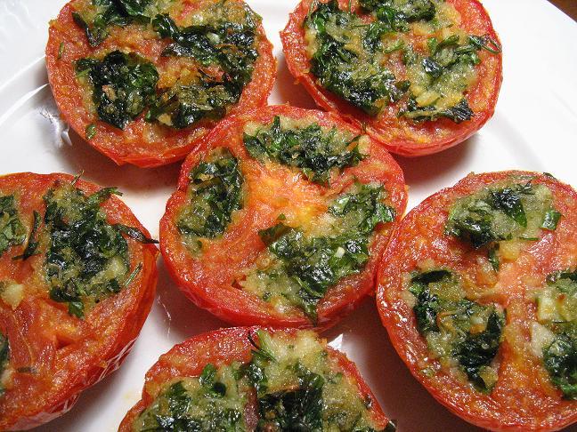 Kepti pomidorai įdaryti parmezanu, česnakais ir petražolėmis - bulviukose.lt