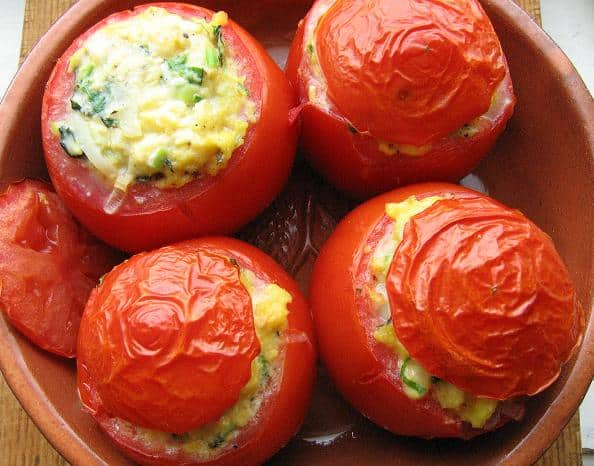 Pomidorai įdaryti plakta kiaušiniene ir žalumynais - bulviukose.lt