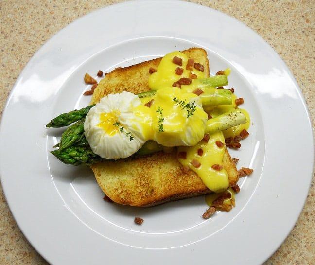 Šparagai su kiaušiniais marškinėliuose ir Hollandaise padažu - bulviukose.lt