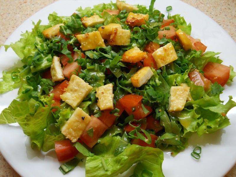 Salotos su keptu sūriu ir medaus - garstyčių padažu - bulviukose.lt