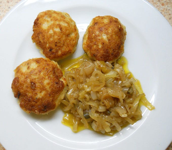 Lydekos maltinukai su svogūnų garnyru