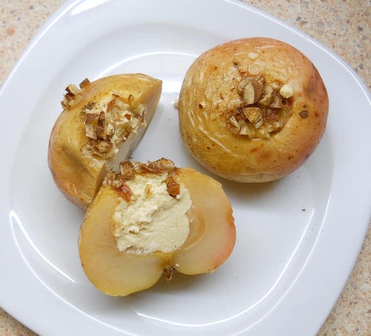 Kepti obuoliai įdaryti varške - bulviukose.lt