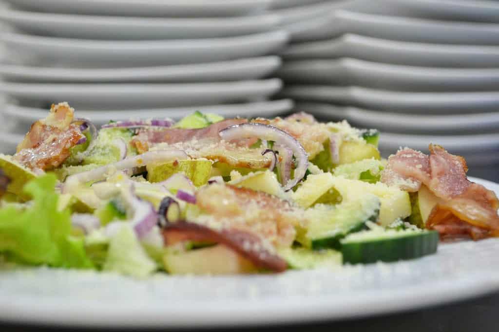 Pusryčių salotos su kriaušėmis ir šonine - bulviukose.lt