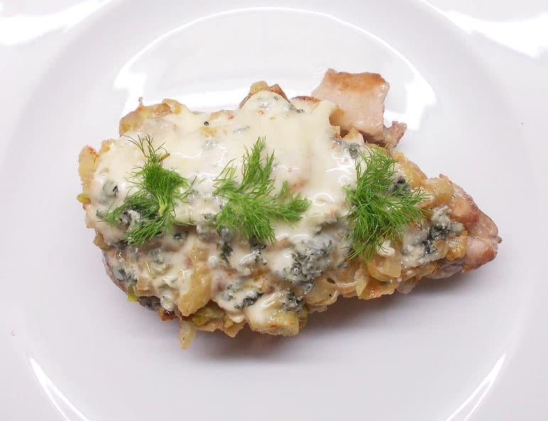 Kiaulienos kepsnys su pankolio ir pelėsinio sūrio kepure - bulviukose.lt