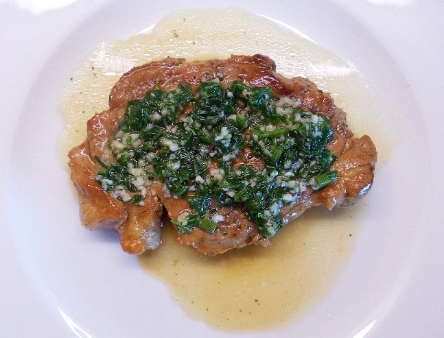 Karamelizuotas kiaulienos kepsnys su česnakiniu padažu - bulviukose.lt