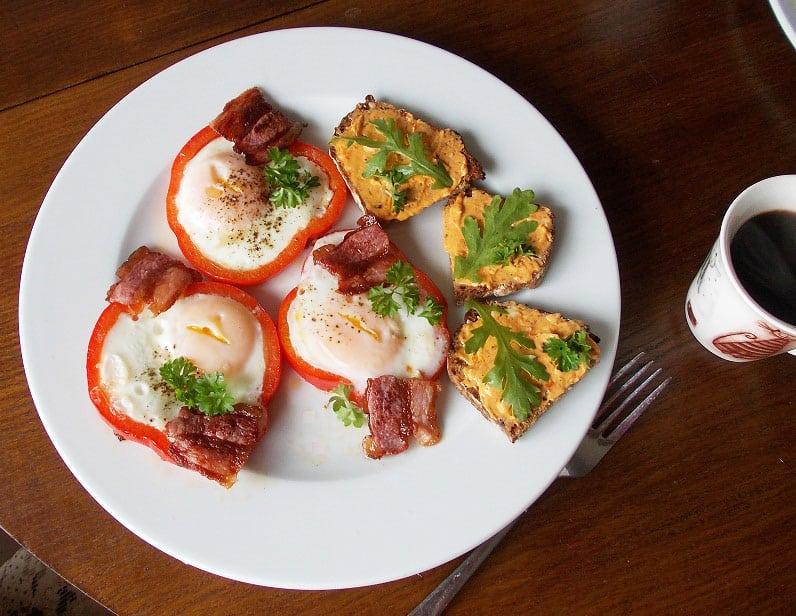Kiaušinis keptas paprikoje ir keptų paprikų sviestas - bulviukose.lt