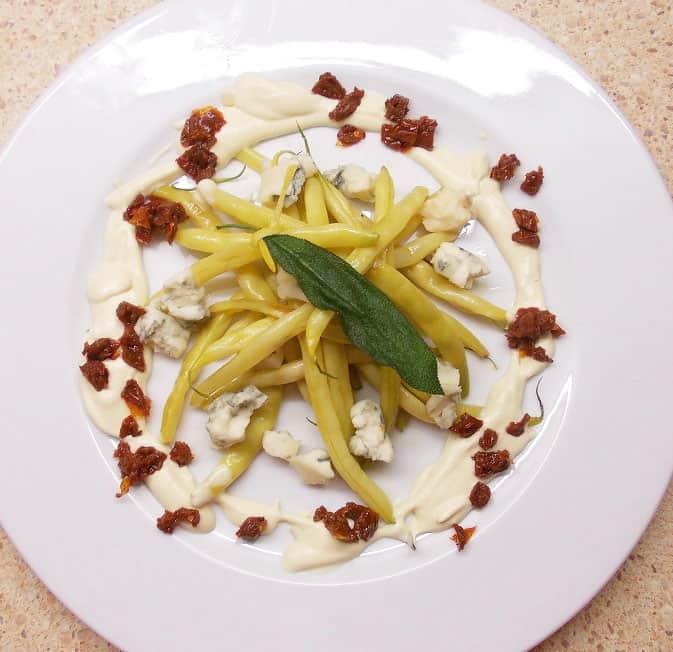 Šiltos šparaginių pupelių salotos su gorgonzolos sūriu - bulviukose.lt