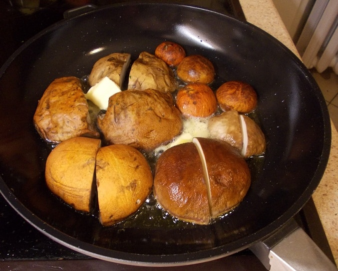 Keptos miško grybų kepurės su sviestu - bulviukose.lt
