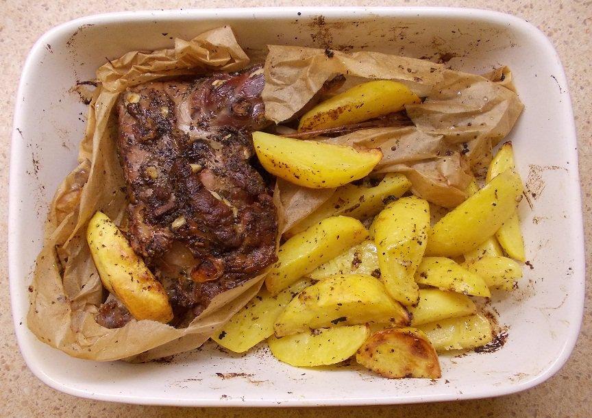 Ėriena kepta popieriuje su citrininėmis bulvytėmis - bulviukose.lt