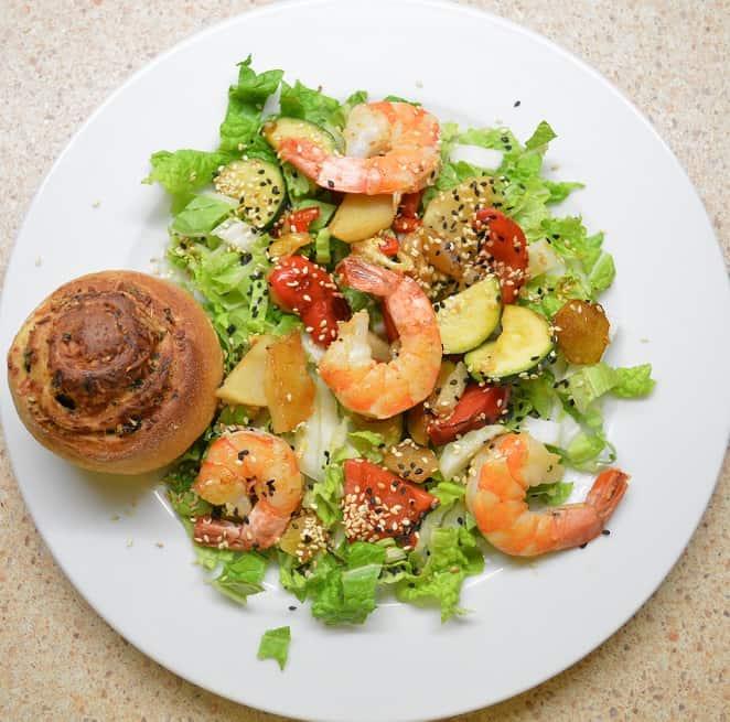 Šiltos daržovių salotos su krevetėmis - bulviukose.lt