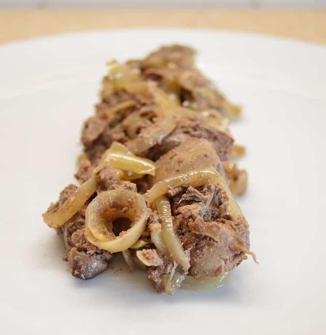 Vištų kepenėlės su svogūnais. Tradicinis patiekalas - bulviukose.lt