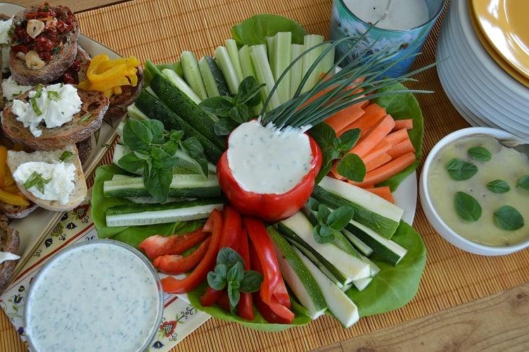 Daržovių lazdelės su pelėsinio sūrio padažu