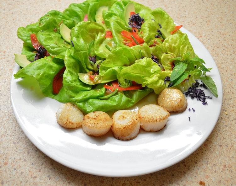 Salotos su jūros šukutėmis. Jūros gėrybių mėgėjams - bulviukose.lt