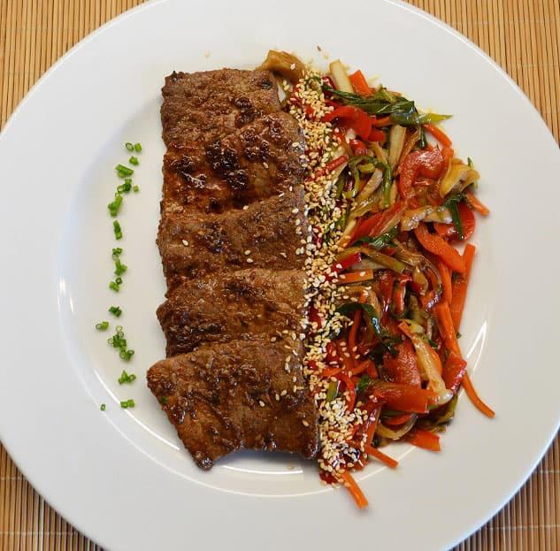 Korėjietiški jautienos kepsniai su wok daržovėmis - bulviukose.lt