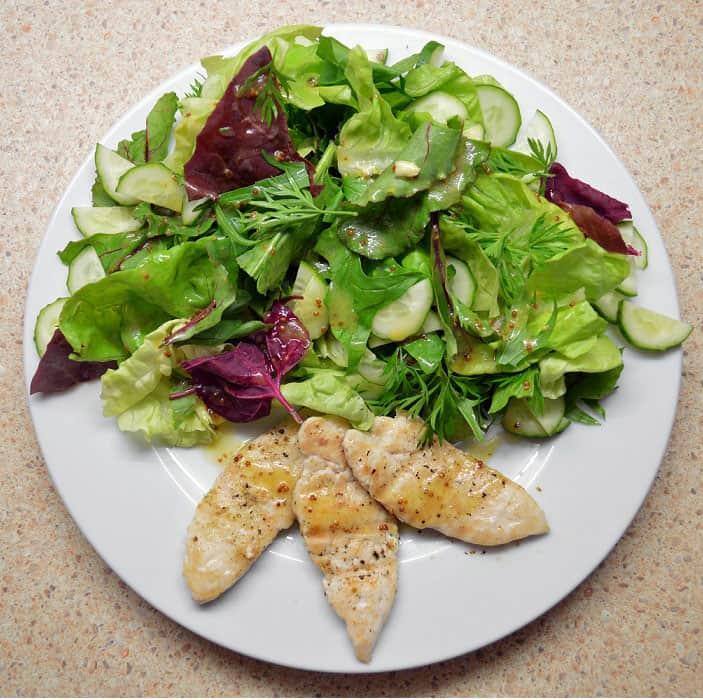 Daržo salotos su šiltais vištienos kepsniukais - bulviukose.lt