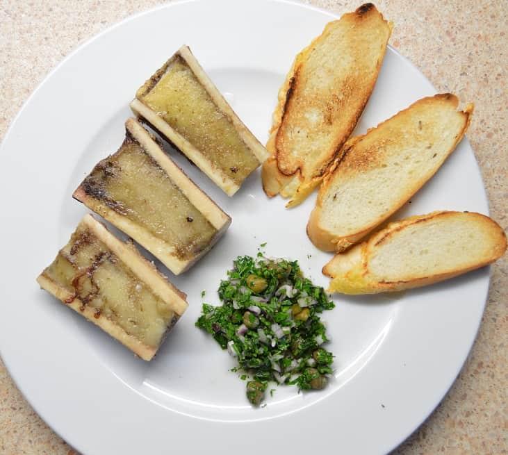 Kepti jautienos cukriniai kaulai su salotėlėmis - bulviukose.lt