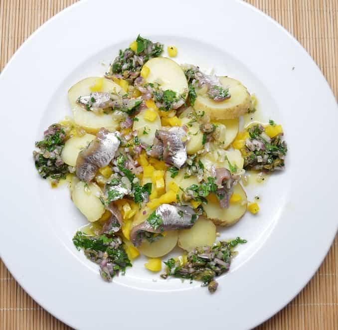 Bulvių salotos su marinuotais ančiuviais - bulviukose.lt