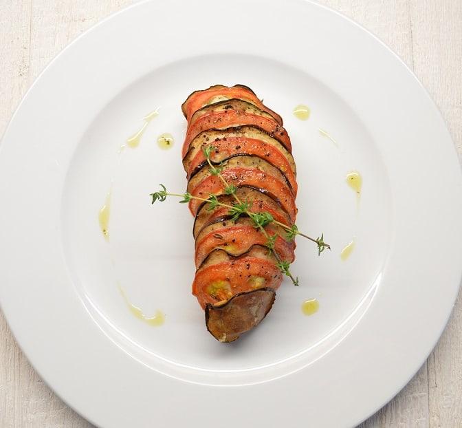 Keptas varškės sūris su daržovių kepure - bulviukose.lt