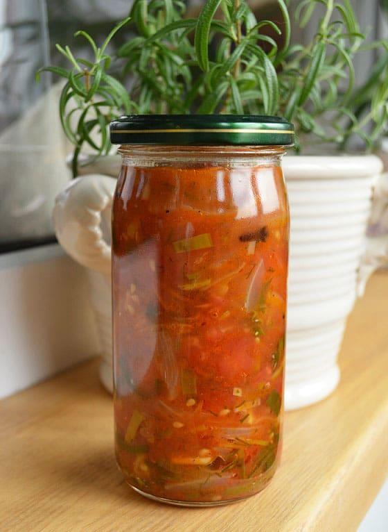 Konservuotos pomidorų ir svogūnų salotos su žolelėmis - bulviukose.lt