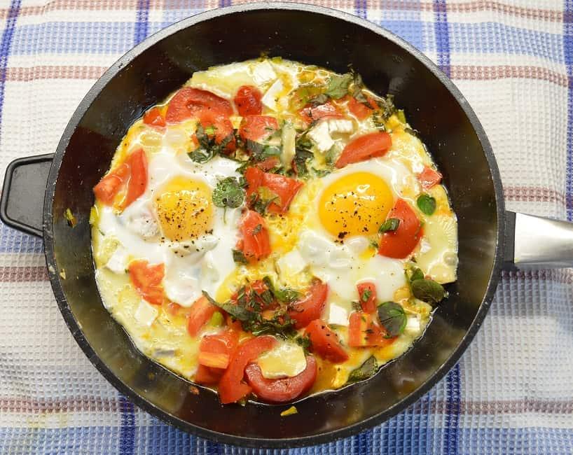Kepti kiaušiniai su pomidorais ir Brie sūriu - bulviukose.lt