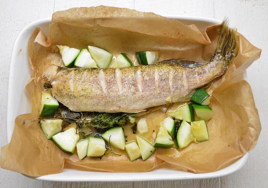 Orkaitėje kepta lydeka su sviesto ir žolelių įdaru - bulviukose.lt