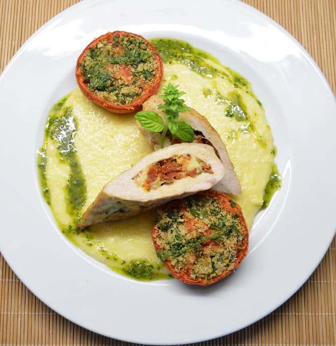 Vištos krūtinėlės kepsniukai įdaryti sūriu ir pomidorais - bulviukose.lt