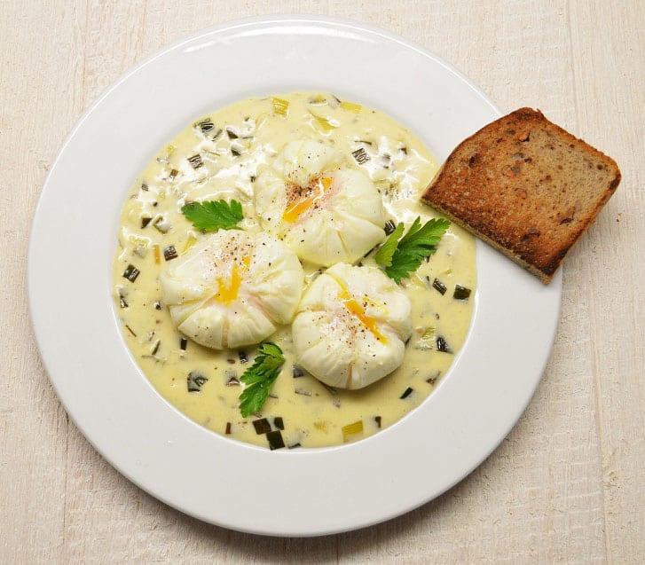 Virti kiaušiniai su ožkos sūrio padažu - bulviukose.lt