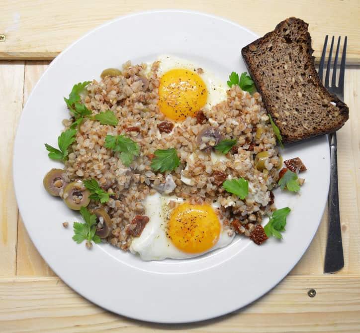 Kiaušiniai su grikiais, džiovintais pomidorais ir alyvuogėmis - bulviukose.lt