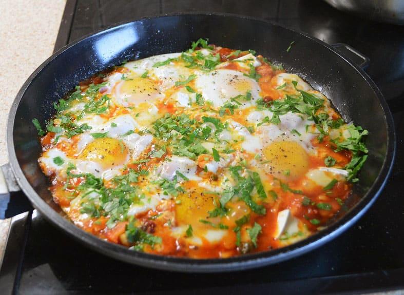 Kepti kiaušiniai pomidorų padaže su Brie sūriu - bulviukose.lt