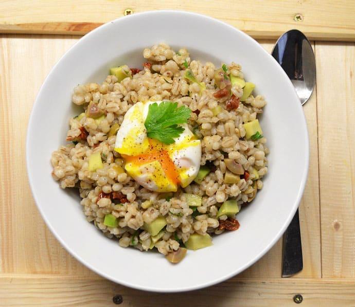 Perlinių kruopų salotos su avokadais, pomidorais ir kiaušiniu - bulviukose.lt