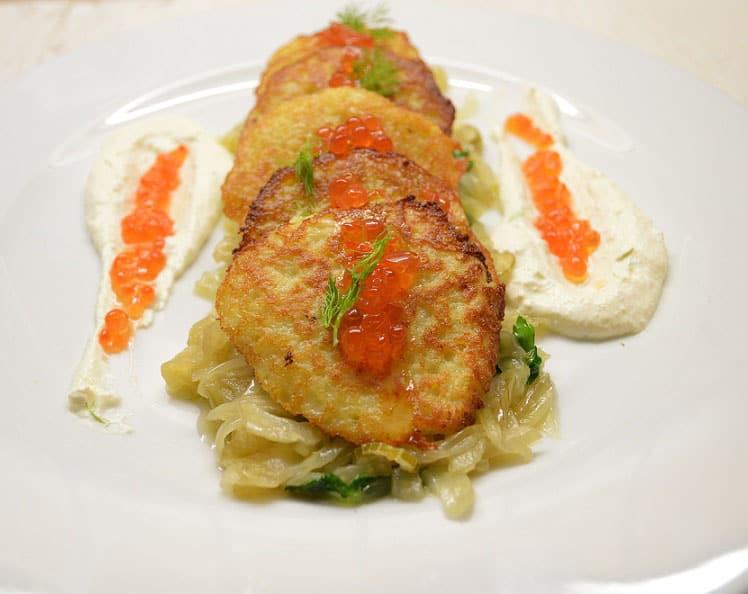 Bulviniai blynai pankolių patale su varškės padažu ir ikrais - bulviukose.lt