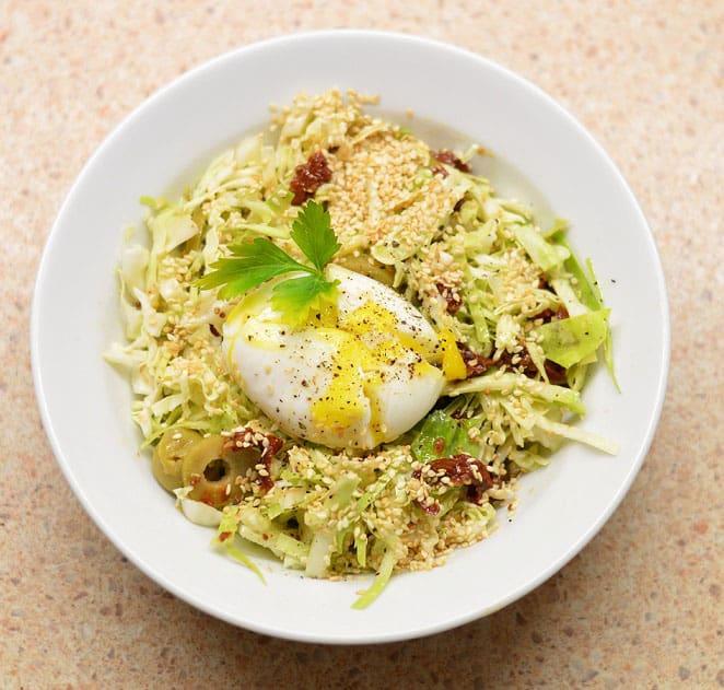 Kopūstų salotos su pomidorais, alyvuogėmKopūstų salotos su pomidorais, alyvuogėmis ir kiaušiniu - bulviukose.ltis ir kiaušiniu