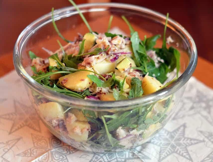 Rūkytos skumbrės salotos su bulvėmis ir avokadu - bulviukose.lt