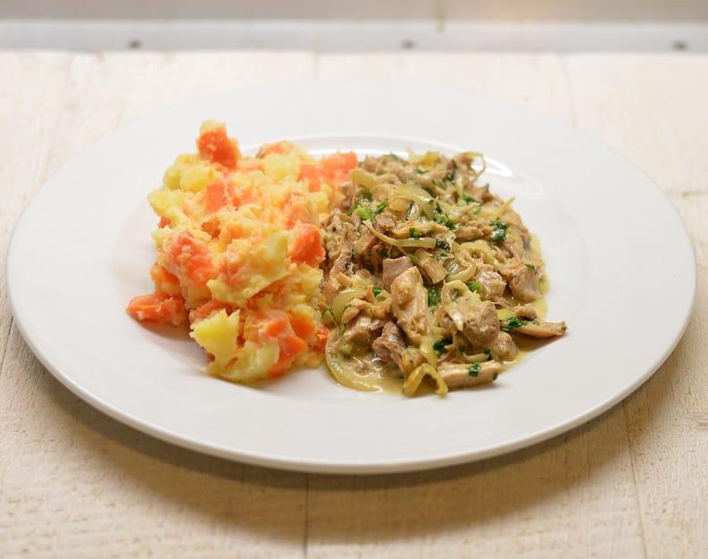 Bulvių - morkų košė ir troškinta virta vištiena su svogūnais - bulviukose.lt