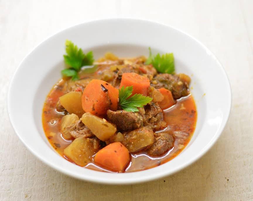 Jautienos kulninės troškinys su daržovėmis - bulviukose.lt