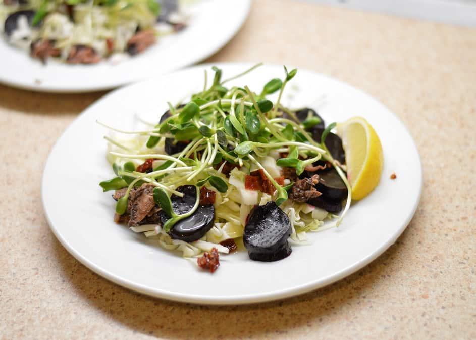 Salotos su tunu ir saulėgrąžų daigais - bulviukose.lt