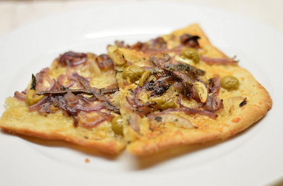 Pica su svogūnais, ančiuviais ir alyvuogėmis - bulviukose.lt