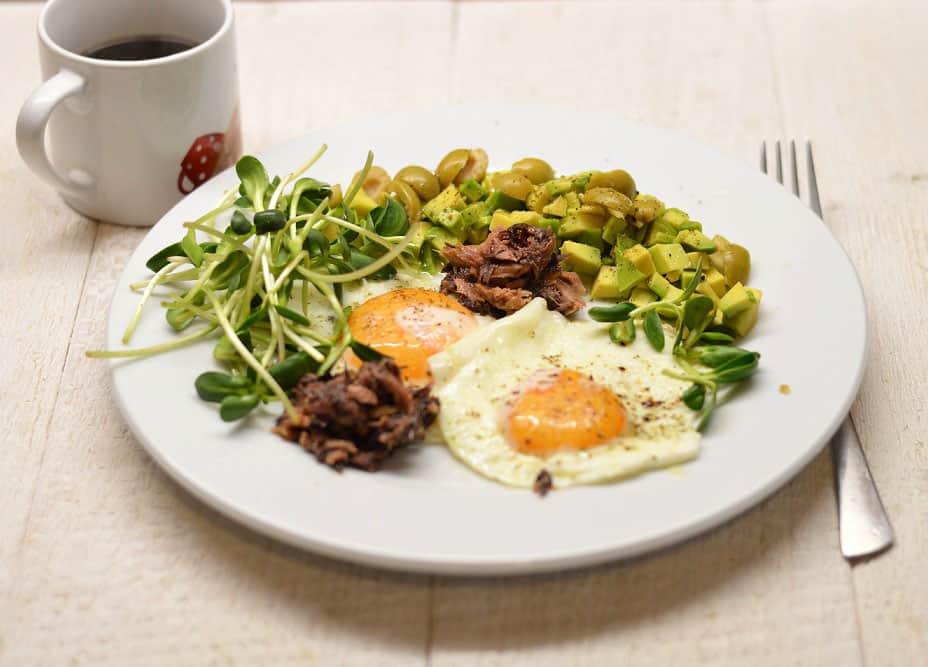 Kepti kiaušiniai su tunu, avokadu ir saulėgrąžų daigais - bulviukose.lt