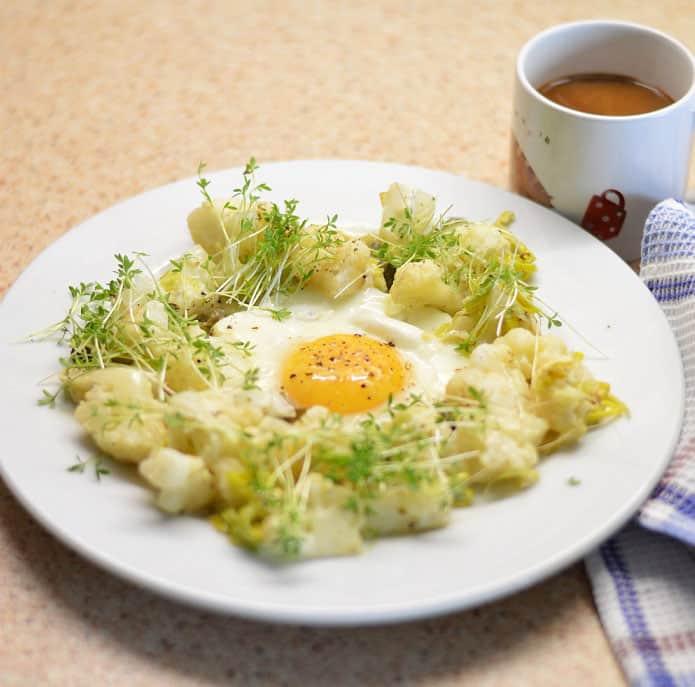 Keptas kiaušinis su žiediniu kopūstu - bulviukose.lt