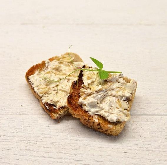 Karamelizuotų svogūnų ir ančiuvių sviestas - bulviukose.lt