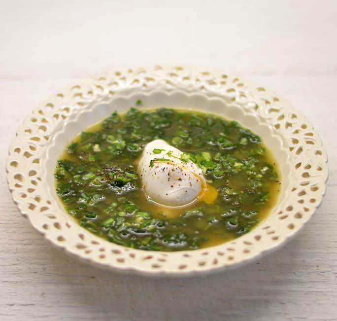 Dilgėlių sriuba su kiaušiniu marškinėliuose - bulviukose.lt