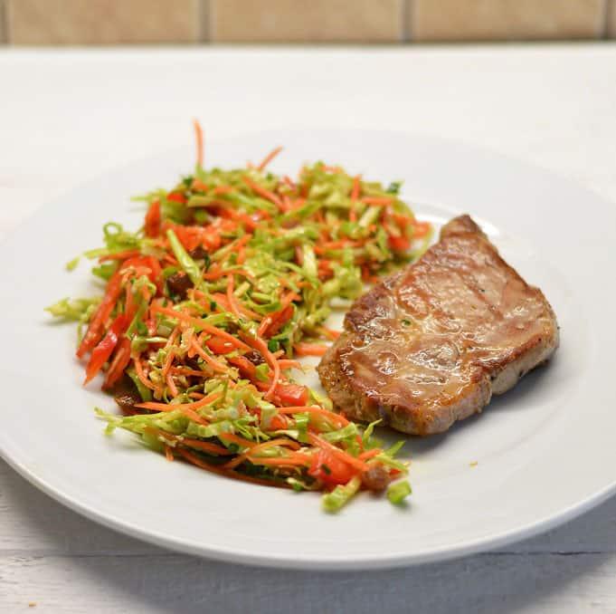 Kiaulienos kepsniukas ir salotos su razinomis ir imbieru - bulviukose.lt