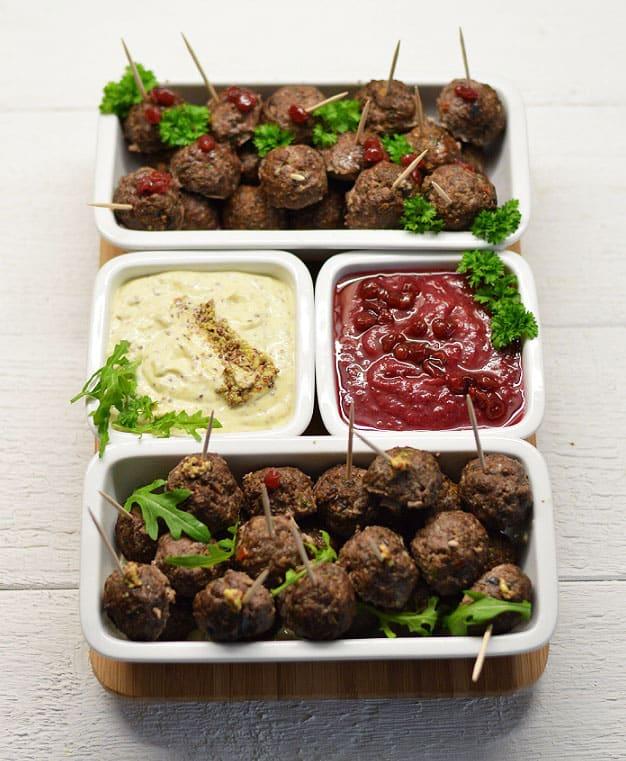 Bebrienos kukuliukai su bruknių ir majoneziniu padažais - bulviukose.lt