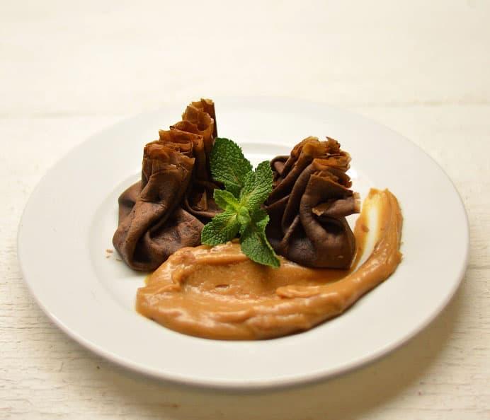 Šokoladiniai blyneliai su žemės riešutų sviesto padažu - bulviukose.lt