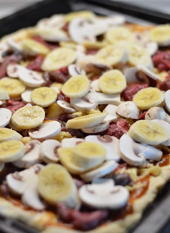 Pica su marinuota jautiena ir bananais - bulviukose.lt