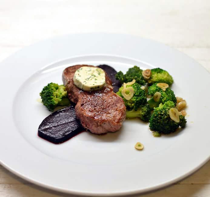 Jautienos kepsnys su brokoliais, ančiuviais, burokėliais - bulviukose.lt